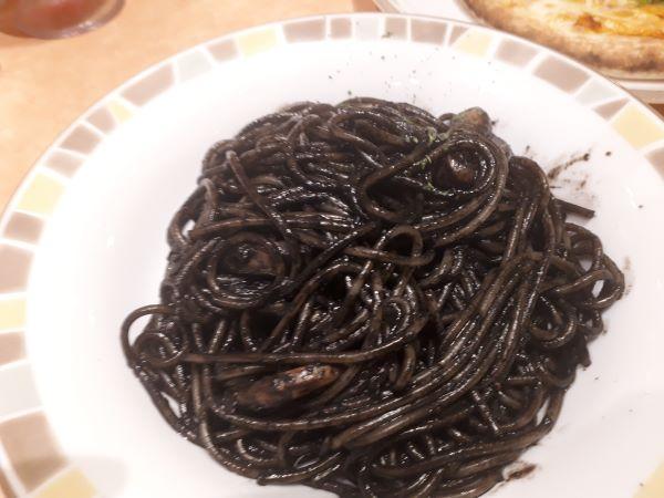 イカ墨入りスパゲッティが提供されたところ