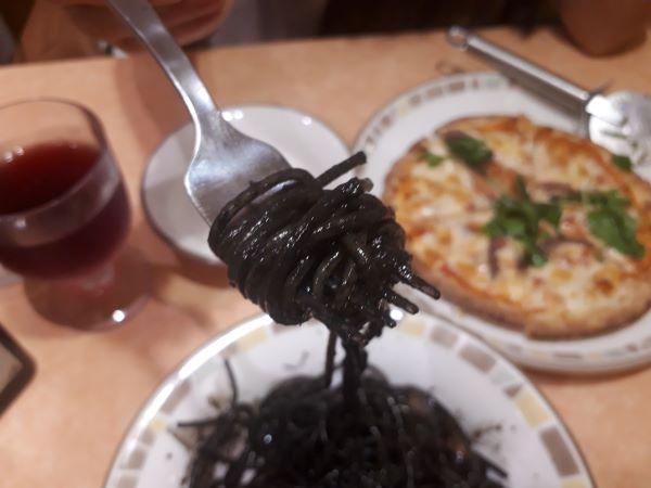 イカ墨入りスパゲッティを食べている