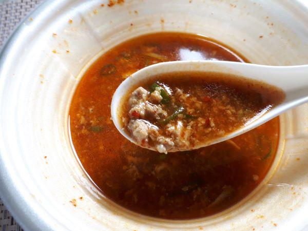 セブン「鬼旨辛スープのかき玉ラーメン」を食べているとこ