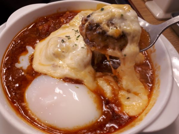 松屋本日発売「うまトマハンバーグ定食2019」を食べている
