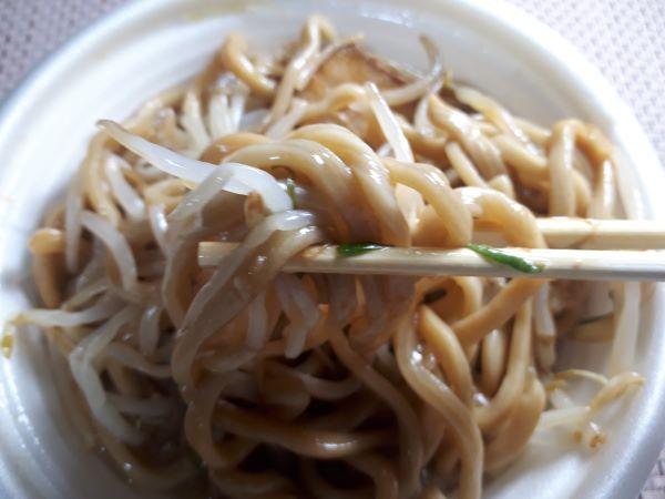 セブン「中華蕎麦とみ田監修豚ラーメン(豚骨醤油)」を食べているところ