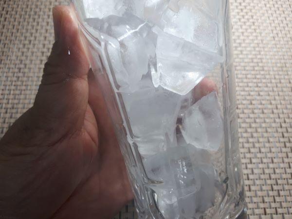 グラスに氷を入れた