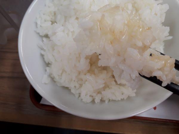 「鶏ときのこの旨辛豆豉炒め」を食べている
