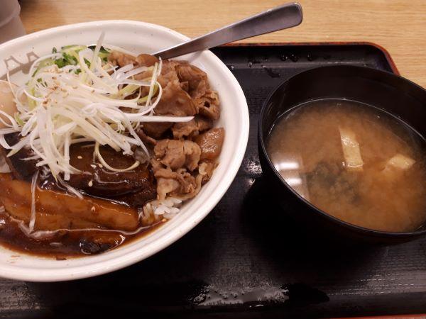松屋本日発売「牛と味玉の豚角煮丼」の外見