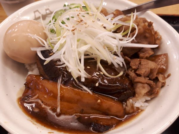 松屋本日発売「牛と味玉の豚角煮丼」のアップ