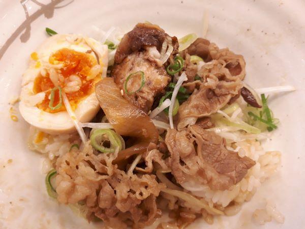 松屋本日発売「牛と味玉の豚角煮丼」を食べている