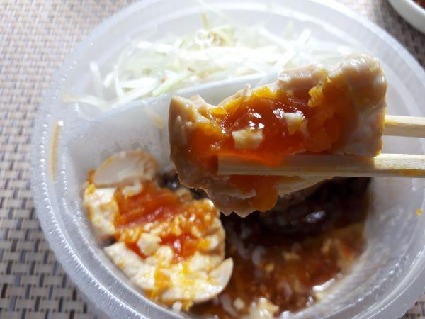 松屋本日発売「豚焼肉と豚角煮のあいもり定食」を食べているところ
