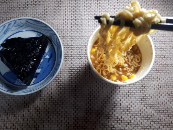カップヌードル味噌を食べているところ