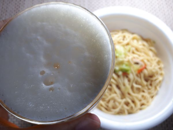日清 新発売「UFO濃い濃い焼きちゃんぽん味」を食べるところ