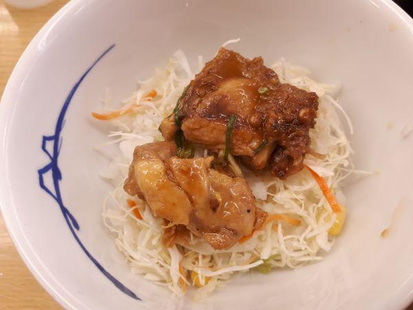松屋本日発売「鶏のバター醤油炒め定食2019」を食べているところ