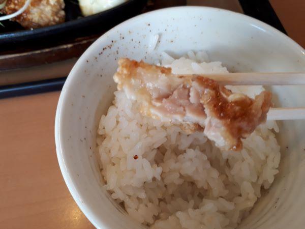 やよい軒本日発売「やみつき油淋鶏定食」を食べているところ