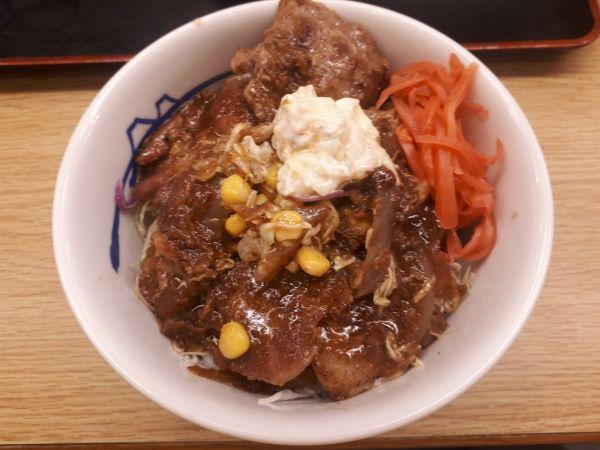松屋1週間限定…そびえ立つ『豚肩ロースの生姜焼き定食』を食べているところ