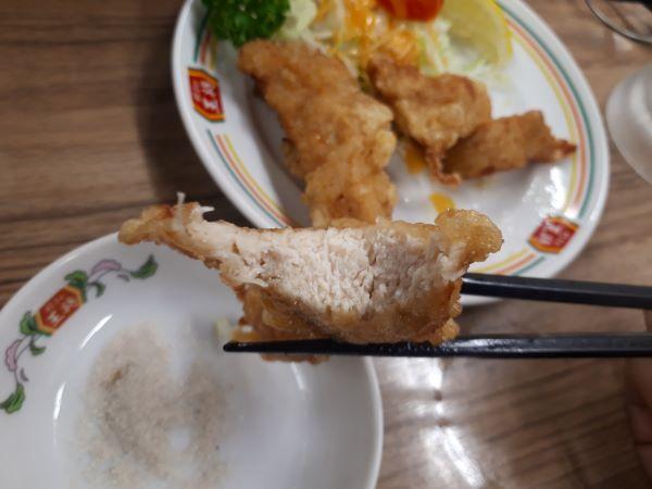 餃子の王将の鶏の唐揚げを食べるところ