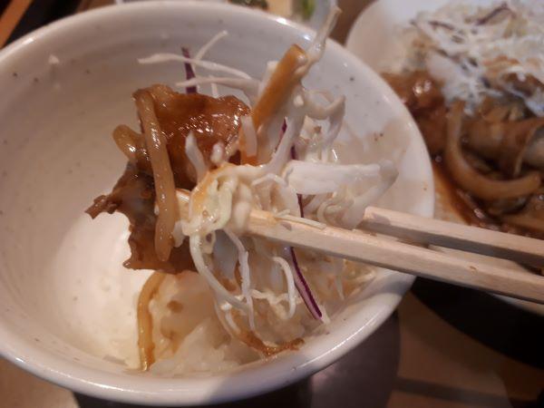 やよい軒「生姜焼き定食」を食べるところ