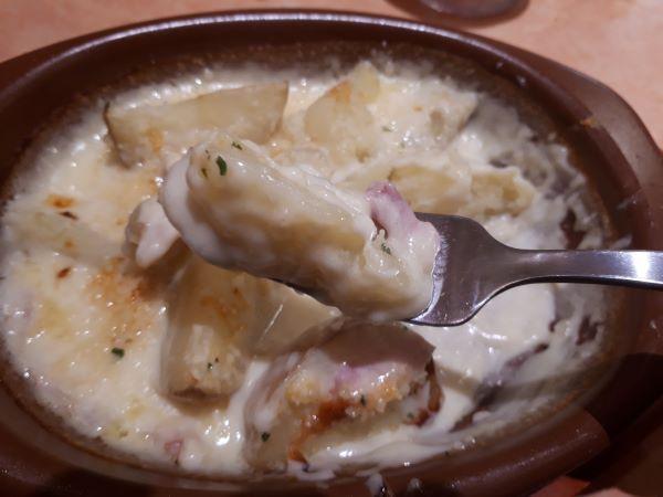 サイゼリヤ季節限定「新じゃがチーズグラタン2019」を食べている