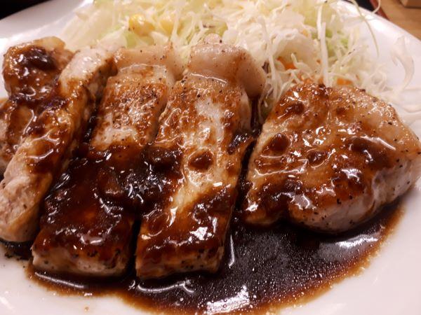 松屋本日発売「厚切りトンテキ定食」を食べるところ