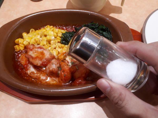 【サイゼリヤランチ】新商品「鶏肉のトマトソース煮込み」を食べるところ
