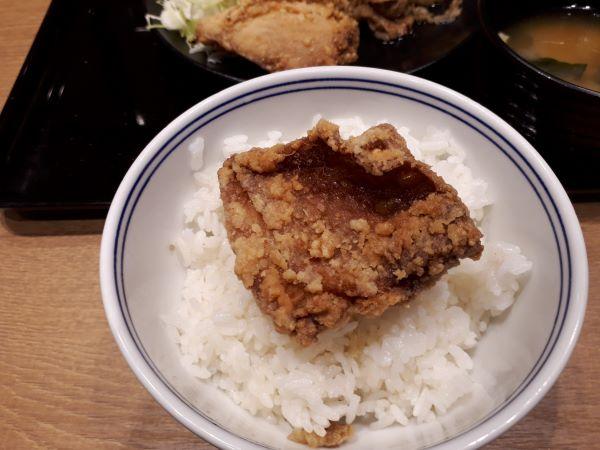 【黒い吉野家デビュー】から揚げ牛皿定食を食べるところ