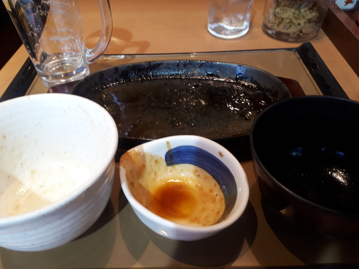 【やよい軒】「やみつきポークステーキ定食(にんにくバター醤油)」を食べるところ