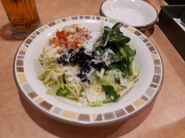 サイゼリヤの彩りイタリアンサラダを食べるところ