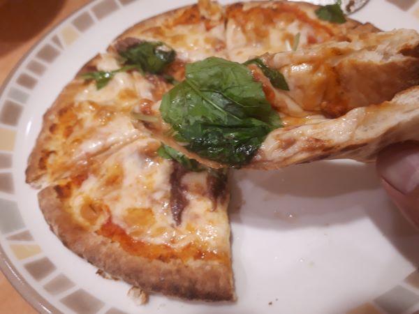 サイゼリヤのアンチョビとルーコラのピザ