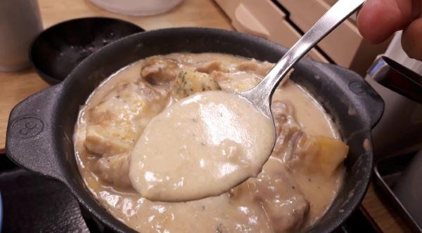 松屋「シュクメルリ鍋定食」を食べるところ