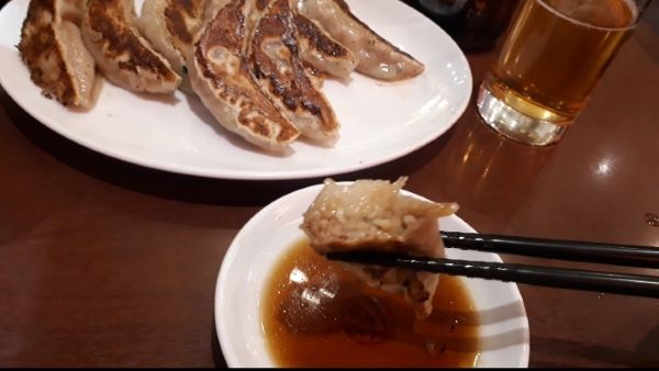 大阪王将の餃子をたべるところ