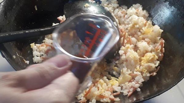 【紅しょうがレシピ】紅しょうがたっぷり炒飯をつくるところ