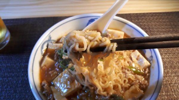【レシピ】サッポロ一番みそラーメンでつくる麻婆麺を食べている