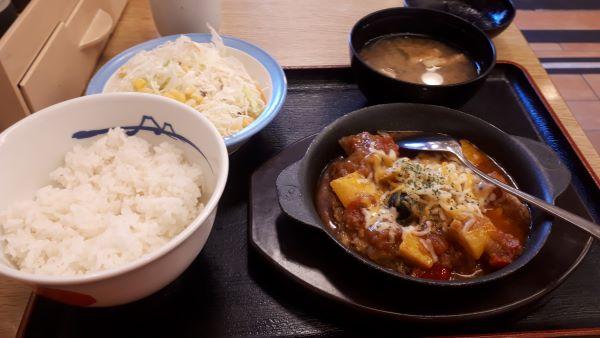 松屋「カチャトーラ定食」を食べるところ