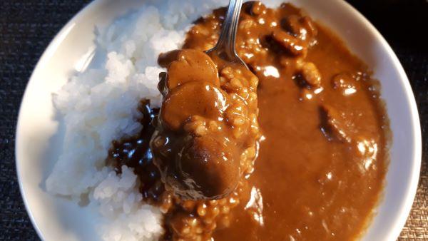 ハウス「カレーマルシェ 辛口」を食べるところ