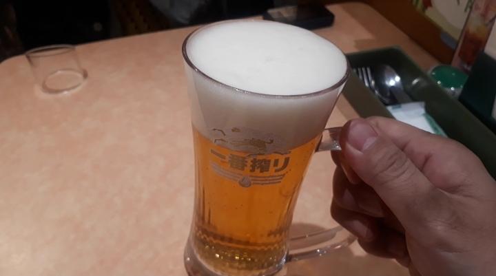 サイゼリヤの生ビールを飲むところ(オリジナル写真)