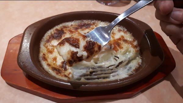 【サイゼリヤ】新メニュー「やみつきアンチョビのフリコ」を食べるところ(オリジナル写真)