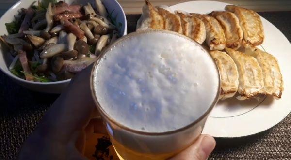 餃子の王将2020年4月限定「あんかけチャンポン」を肴にビールを飲む(オリジナル写真)