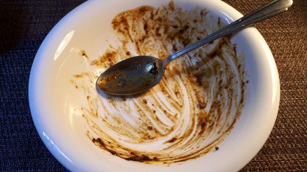 明治「男の極旨 黒カレー 」を食べるところ(オリジナル写真)