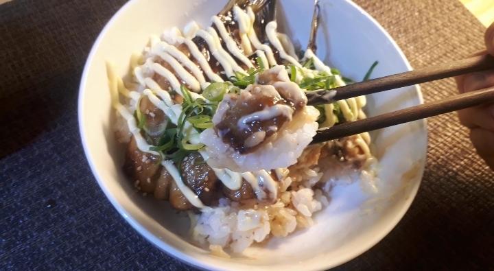 イワシの蒲焼丼を食べるところ(オリジナル写真)