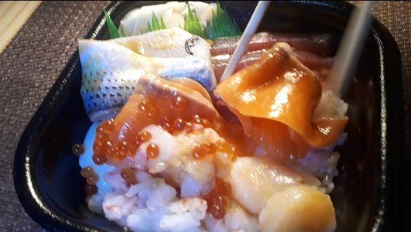 丼丸の海鮮丼を食べるところ(オリジナル写真)