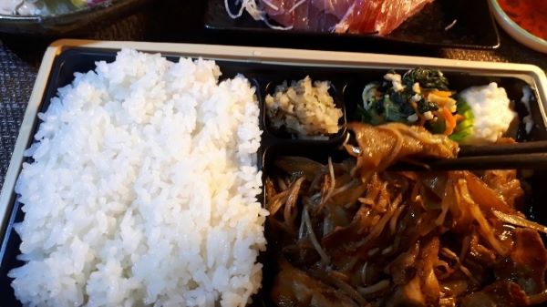 【やよい軒 テイクアウト】しょうが焼弁当を食べるところ(オリジナル写真)