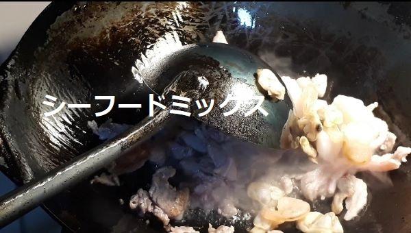 【レシピ】サッポロ一番塩らーめんで「塩ちゃんぽん」をつくるところ(オリジナル写真)