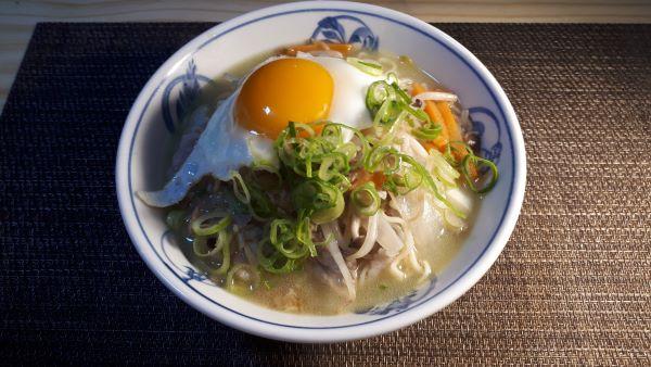 【レシピ】サッポロ一番塩らーめんで「塩ちゃんぽん」を食べるところ(オリジナル写真)