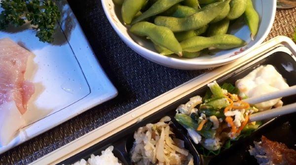 【やよい軒 テイクアウト②】お持ち帰り「から揚げ弁当」を食べるところ(オリジナル写真)