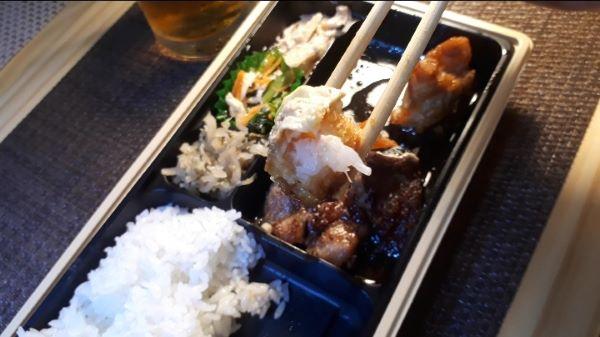 【やよい軒 テイクアウト③】お持ち帰り「カットステーキミックス弁当」を食べるところ(オリジナル写真)