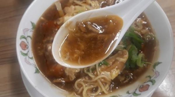【餃子の王将】2020年7月限定「酸辣湯麺(サンラータンメン)」を食べるところ(オリジナル写真)