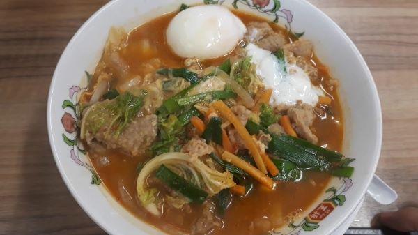 【餃子の王将】2020年8月限定「肉玉スタミナ麺」を食べるところ(オリジナル写真)
