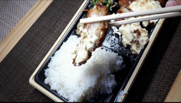 【やよい軒 テイクアウト④】お持ち帰り「チキン南蛮弁当」を食べるところ(オリジナル写真)
