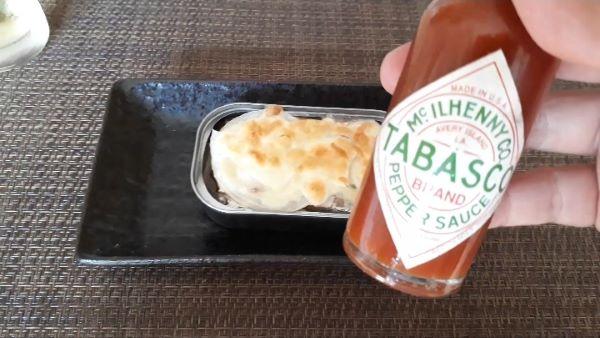 【おつまみ レシピ ショートストーリー①】オイルサーディンのチーズ焼きを食べるところ(オリジナル写真)