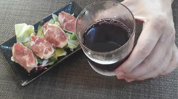生ハムいちじくを食べるところ(オリジナル写真)