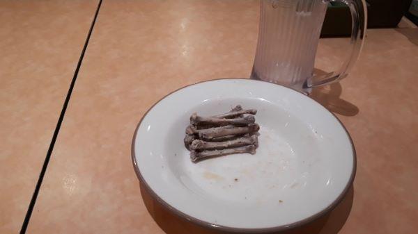 サイゼリヤの辛味チキンを食べるところ(オリジナル写真)