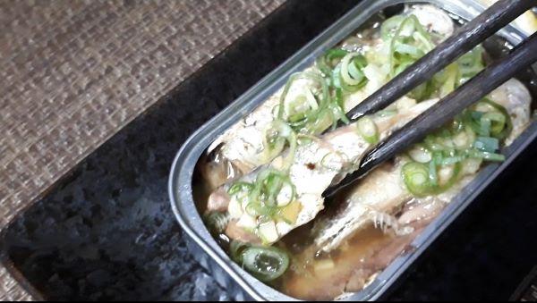 オイルサーディン・アヒージョを食べるところ(オリジナル写真)