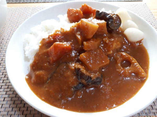 セブンプレミアム「1食分の野菜が摂れるごろっと野菜カレー」を食べるところ(オリジナル写真)